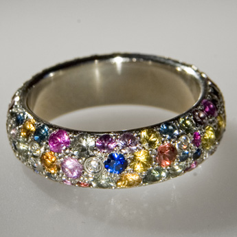Ring 'tutty-frutty', Pt 950°, sapphiries, diamonds.